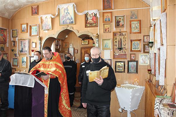 Познакомиться с работами, представленными на выставке, все желающие смогли после праздничной Божественной литургии, которую в храме ИК-5провел протоиерей Игорь Бабухин.