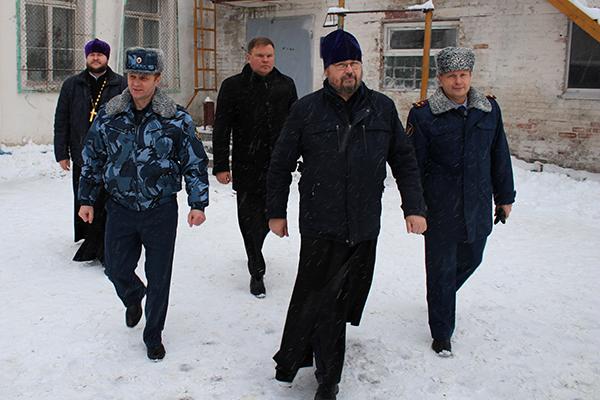 В сопровождении заместителя начальника Управления Сергея Фирсова общественные наблюдатели совершили обход территории учреждения и провели проверку условий отбывания наказаний содержащихся там осужденных