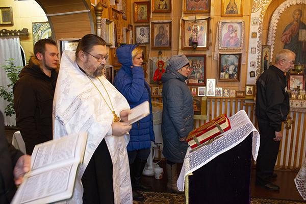 В учреждение приехал настоятель колонийского храма протоирей Игорь Бабухин, который прочитал молебен и рассказал о том, как религия влияет на исправление осужденных