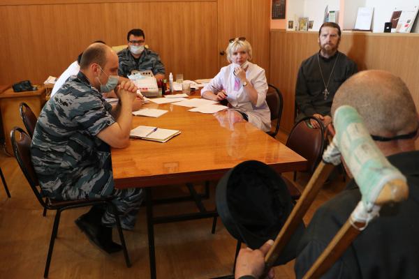 В завершении проверки Юлия Ситникова и Александр Крылов совместно с начальником ИК-7 Камо Габреляном провели личный прием осужденных.