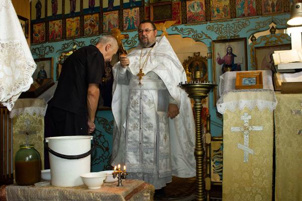 После совершения религиозных таинств и обрядов священнослужители освятили мед нового урожая