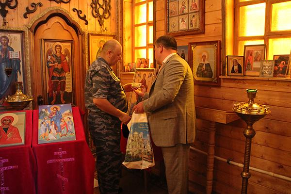 Со своей стороны начальник АВК Владимир Ветров поблагодарил гостей за такой ценный дар и пообещал, что икона займет почетное место в стенах колонийского храма