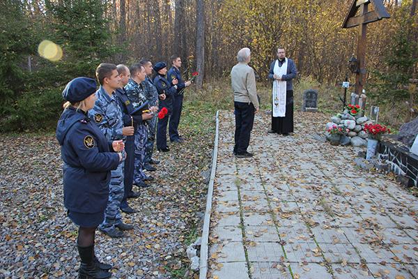 В завершении отец Серафим рассказал о тех трагических событиях, которые происходили в 30-х годах прошлого столетия и жертвах политических репрессий, захороненных на этом месте.
