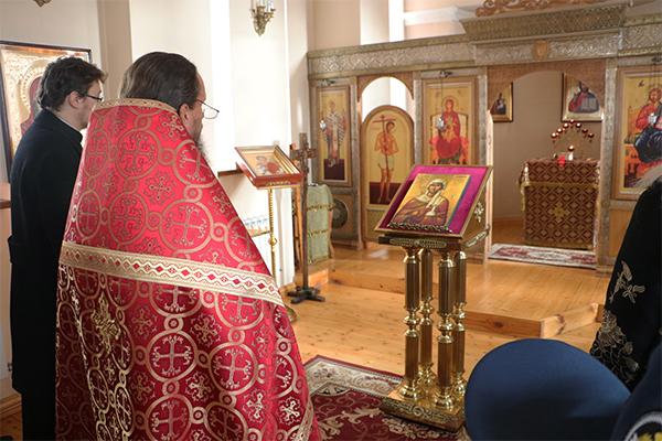 Молебен перед иконой с частицами мощей Святой провел протоиерей Сергий Архипов, окормляющий храм учреждения.